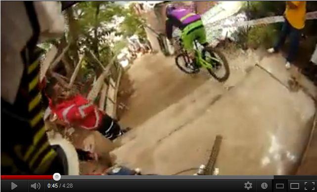 【アーバンダウンヒル】MTBで街中を猛スピードで駆け抜ける凄い動画